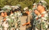 军训女生被罚站台阶,看冰袖短裤装备
