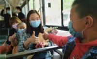 那个漂亮的女人在公共汽车上睡觉。当她看到手机上的字时,乘客们对她竖起了大拇指