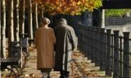 """当一对情侣""""老了"""",谁更形影不离?这个人的回答触动了人们的心!"""