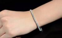 男子在网上为妻子买了13000元的钻石手链,当他打开包时,他发现了48个钻石手链