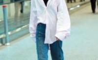 郭碧婷夫妻现身机场,穿条纹裙很像小女生