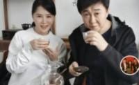 当付迪生(音译)和任静(音译)在高铁车站点餐时,他们的妻子决定他们想吃什么
