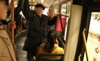 孕妇被一名7岁男孩强迫让座给一名乘客
