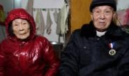 """""""情书""""老兵夫妇在病房里表演""""与儿子白头偕老""""的样子"""